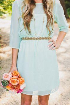 Mint-Kleid mit Gold-Gürtel