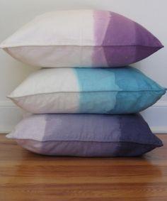 Snygga kuddfodral fixar man genom att färga dem själv. Billiga vita finns på IKEA/Jysk, färg hos Rusta eller liknande.