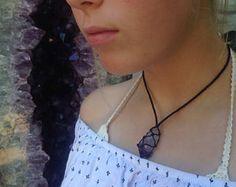 Herz-Chakra Jade Halskette  Anahata - Heilige Geometrie - Makramee Schmuck - einzigartiges Design - Geschenk für ihr - Messing Perlen - heilende Kristalle  ✨DESCRIPTION HALSKETTE:  Ich habe diese einzigartige Chakra Halskette mit besonderer Liebe und Absicht gemacht.  Da das Herz-Chakra der 4. der 7 Chakren ist, habe ich 4 kleine Messing Perlen auf beiden Seiten der Kette, das in dem Stück symbolisieren gelegt.  Jade - Neuseeland Greenstone wurde in diese Kette aufgenommen, da es eines der…