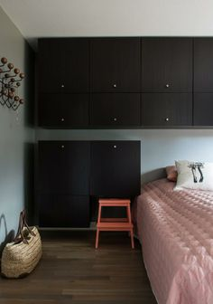 KLESSKAP RUNDT SENGEN: Soverommet er ikke større enn nødvendig. Skap fra Ikea utnytter volumene over og på siden av sengen. Pyntepute fra Bolina, sengeteppe fra Hay. Veggfargen True Sand er fra Nordsjö. Knaggrekken er fra Vitra. New Builds, Divider, New Homes, Studio Ideas, Bedroom, Wardrobes, House, Interiors, Inspiration