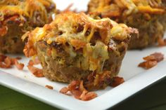 Bacon Cheeseburger Muffins are delicious, no matter which ground meat you use! Lots of cheese, bacon and more in every bite! Brownie Sans Gluten, Hors D'oeuvres, Ground Meat, Ketchup, Cheddar, Coco, Lasagna, Entrees, Appetizers