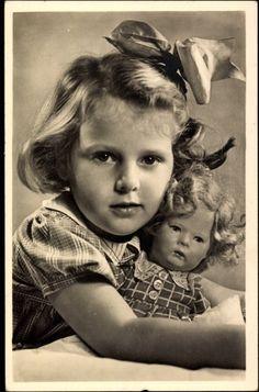 Foto Ak Portrait eines Mädchens mit Schleife im Haar und ihrer Puppe