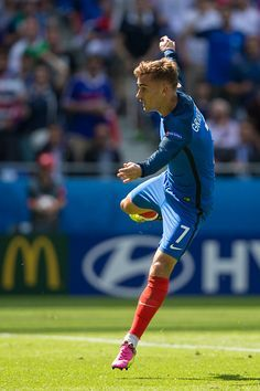 France's Antoine Griezmann scores his sides second goal during the UEFA Euro 2016 Round of 16 match between France v Republic of Ireland at Stade de. Soccer World, World Football, Soccer Fans, Football Players, Neymar Football, Antoine Griezmann, Football Pictures, Sports Photos, France National Team