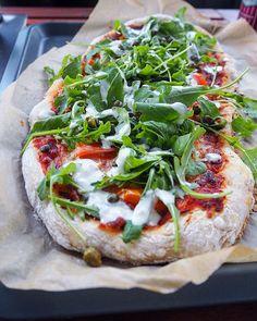 Herkuttelijat -ruokablogi: Hurmaava kylmäsavulohipizza Onion Bread, Cheese Bread, Mozzarella, Vegetable Pizza, Enchiladas, Food And Drink, Baking, Recipes, Cooking
