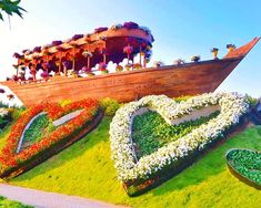 The Abra boats at the Dubai Miracle Garden are about 60 feet long and 12 feet wide. This makes them quite huge in size and the presence of the colorful flowers on them really makes them look unique. Different Flowers, Large Flowers, Colorful Flowers, Million Flowers, Petunia Flower, Purple Petunias, Miracle Garden, Floral Theme, World's Biggest