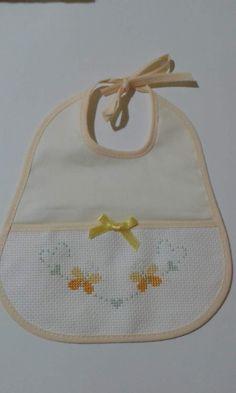 Bavetta  bimba Cross Stitch For Kids, Cross Stitch Baby, Cross Stitch Patterns, Diy And Crafts, Paper Crafts, Alpha Patterns, Baby Bibs, Simple Christmas, Crochet Flowers