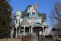 Victorian Homes Exterior, Victorian Style Homes, Victorian Buildings, Victorian Architecture, Old Buildings, Victorian Houses, Beautiful House Images, Beautiful Homes, Beautiful Pictures