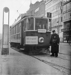 Tramvaj upozorňuje na jízdu vpravo.