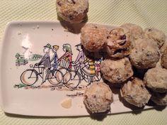 Gezond snoepen!  Ingrediënten:   1 kopje havermout 50 gram sesamzaadjes 50 gram amandelmeel 1/8 theelepel kaneel Snufje zout 100 gram pindakaas gesmolten en iets afgekoeld, ik nam cashewnotenpasta, te koop bij AH, of amandelpasta, van de natuurwinkel. 70 gram honing. 1 zakje vanillesuiker of 1 eetlepel palmsuiker  3 eetlepels chocoladenibs ( van rauwe cacao) 50 gram amandelmeel om de ballen door te rollen.  Roer de havermout, sesamzaadjes, 50 gram amandelmeel, zout en kaneel door elkaar…