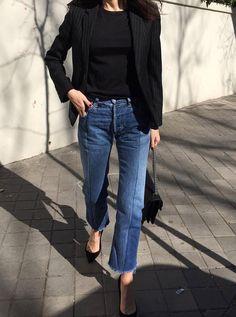 Rien de tel qu'un jean flare coupé court sur la cheville pour accompagner des escarpins noirs ! (Barbara Martelo)