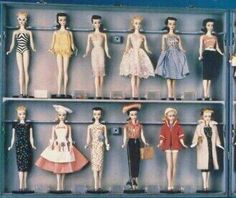 The only one known to exist. All the 1959 fashions on a Barbie. Left side of case. Play Barbie, Barbie I, Barbie Dream, Barbie World, Barbie And Ken, Barbie Stuff, Vintage Barbie Kleidung, Vintage Barbie Clothes, Vintage Dolls
