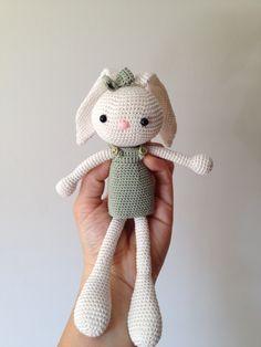 Bunny amigurumi.  Conejita amigurumi.  Realizado con el patrón que publicó Marta Porcel en su blog Creativa Atelier, en el siguente enlace: http://www.creativaatelier.com/peluche-amigurumi-crochet-conejita/
