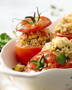 Ontdek deze tomaten in de oven met een heerlijke vegetarische vulling, met voedzame quinoa, maïs, groene pepers en kaas. De kruiden maken het af.