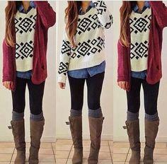 """Outfit invierno  Precioso, con diferentes texturas y capas, y algo que he visto mucho que son las """"polainas"""" largas sobresaliendo por sobre la bota, un toque lindo."""