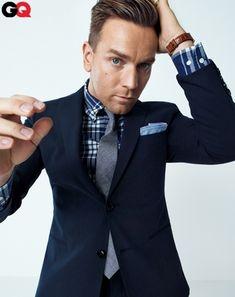 Den Look kaufen: https://lookastic.de/herrenmode/wie-kombinieren/sakko-dunkelblaues-langarmhemd-dunkelblaues-und-weisses-krawatte-graue-einstecktuch-hellblaues/669 — Dunkelblaues und weißes Langarmhemd mit Schottenmuster — Hellblaues Einstecktuch — Graue Krawatte — Dunkelblaues Sakko