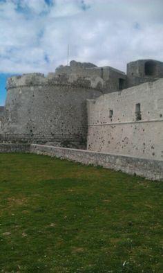 (Castello di Monte Sant'angelo Puglia) San Michele Arcangelo aveva salvato Siponto ed il vescovo Lorenzo di Maiorano organizzò una nuova processione verso Monte Sant'Angelo di Puglia.