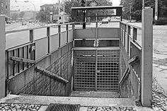 Treppe ins Nirgendwo: Der Eingang zum stillgelegten U-Bahnhof Weinmeisterstrasse an der Rosenthalerstrasse in Mitte