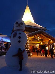 Jättiläislumiukko Joulupukin pajakylässä Rovaniemellä
