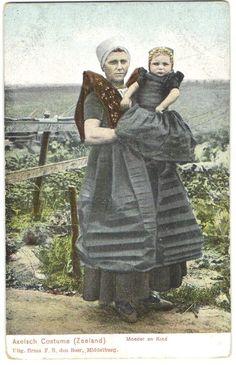 Klederdracht Axel Moeder en Kind