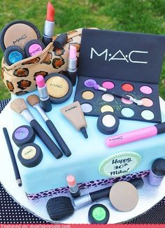 This is the cutest cake, much better then all of those purses and shoes that I'm tired of seeing.
