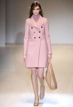 La sfilata di Gucci per il prossimo autunno inverno 2014/15 è un trionfo, un ritorno ai mitici anni '70 ad una moda sensuale e ammiccante e bon ton chic.http://www.sfilate.it/220459/la-sensualita-della-donna-anni-70-per-gucci-eleganza-pura