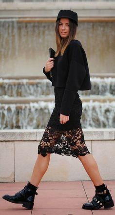 Plus Size Fashion for Women Over 40 - Fashion Trends Fashion Over 40, Urban Fashion Women, Womens Fashion, Fashion Edgy, Fashion Hats, Look Legging, Black Lace Skirt, Women's Fashion Dresses, Shorts
