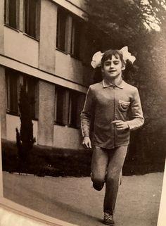 Nadia Comaneci Gymnastics History, Sport Gymnastics, Olympic Gymnastics, Nadia Comaneci Perfect 10, Gymnastics Pictures, Sports Stars, Esports, Female Athletes, Ice Skating