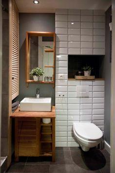W aranżacji łazienka wybrano biel, drewno i szarość, które wdzięcznie się ze sobą komponują. Jednym z ciekawszych...