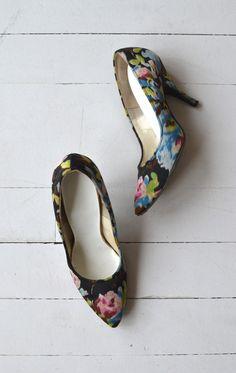 Vintage Fashion: Night Bloom heels vintage 1950s shoes floral 50s by DearGolden