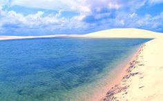LencoisMaranhensesNationalPark.jpg (800×500) レンソイス・マラニャンセス国立公園 白く広大な砂丘で、レンソイスはシーツの意味。砂は100%石英でできており、太陽光が反射すると白く見える。1〜6月の雨季には砂丘の至る所で無数のエメラルド色の湖が現れる。半年に一度現れるこの湖には何と魚がいるそうです。空と水と砂が作り出すこんな絶景を見ていたら自分がどこか別の世界に行ってしまったような不思議な感覚になりそうです