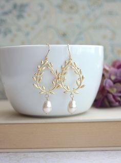 Laurel Wreath Cream Ivory Pearl Drop Gold Chandelier por Marolsha