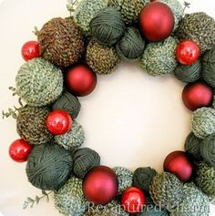 Yarn Christmas Wreath (inspired by a Starbucks wreath) love the color choices!