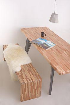 Banco e mesa Tacos, produzidos com diversos tacos de madeira maciços, proveniente de reuso. Fabricação Desmobilia.