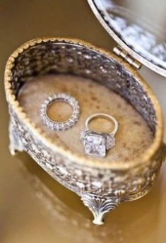 I love the vintage box! Vintage box for the wedding rings, so luxurious. Wedding Rings Vintage, Vintage Rings, Wedding Jewelry, Jewelry Box, Jewelry Drawer, Couple Jewelry, Jewelry Ideas, Wedding Engagement, Wedding Bands