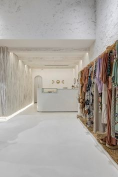 retail store architecture scandinavian and rustic, mediterranean, boho and natural decor Showroom Interior Design, Boutique Interior Design, Boutique Decor, Clothing Store Interior, Clothing Store Design, Fashion Store Design, Aesthetic Clothing Stores, Beach Stores, Store Layout