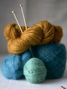 yarn - Love the color combos here. Reminds me of the bambu acorn? topaz? need to check the color cards!