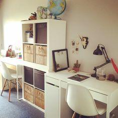 Coin bureau pour chambre double d'enfant. Allures scandinaves une fois de plus, avec les chaises DSW de chez Eames.