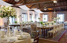 Verde e branco foram as cores escolhidas para este casamento realizado na fazenda da família dos noivos, com decoração da Cenográphia. O piso e as paredes
