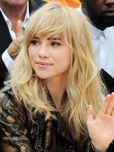 Sexy summer hair colour trends: Suki Waterhouse cool blonde wavy hair with a fringe #hairspiration
