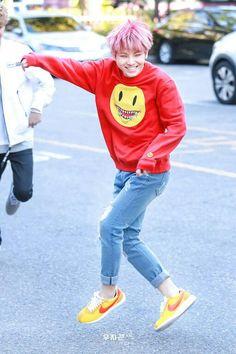 Fan goals:marry someone with strange hair colour! Seventeen Woozi, Seventeen Debut, Won Woo, Lee Jihoon, Pledis Entertainment, Korean Music, Seungkwan, Kpop Outfits, Korean Men