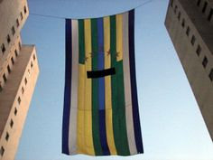 A bandeira gigante instalada entre dois prédios da Rua Viaza, no Jardim Aeroporto, Zona Sul de São Paulo, ganhou um novo detalhe no domingo ...