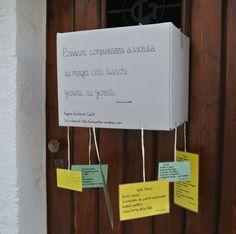 Poesie al vento. Pagina facebook: Cadò  Sito: http://poesiaeoltre.wordpress.com. #poesia,  #poesie, #vento, #cartoncino, #colorato, #giallo, #verde, #bianco.