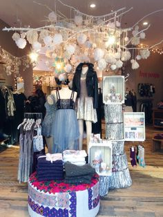 The daylight: display love // free people holiday visual merchandising disp Boutique Decor, Boutique Interior, Baby Boutique, Boutique Ideas, Design Café, Display Design, Store Design, Display Ideas, Interior Design