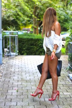 Dentelle/kaki/red heels : great summer outfit