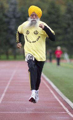De 101-jarige Fauja Singh tijdens een 10 kilometer lange marathon