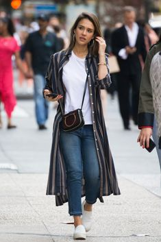 Jessica Alba from The Big Picture: Today's Hot Photos - Outfit Ideen Stylish Dresses, Trendy Outfits, Fall Outfits, Cute Outfits, Fashion Outfits, Womens Fashion, Long Shirt Outfits, Casual Summer Outfits With Jeans, Jeans Fashion