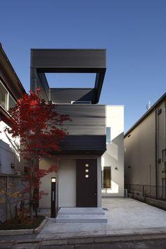 世田谷区原町にある狭小住宅の作品事例です。間口が狭く奥行きが細長い敷地に光が差し込む空間設計と庭のシンボルツリーが特徴的な狭小住宅です。 Exterior Design, Stairs, Mansions, Architecture, House Styles, Naver, Outdoor Decor, Home Decor, Slim