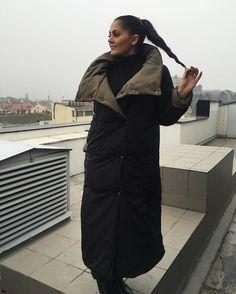 И так мои хорошие ,моя конфетка и моя любовь,пуховик- одеяло ,безумно тёплая штука на холодную зиму !!Одевать можно на две стороны !!!Цвета для начала купила чёрный с хаки ,синий слива ,серый пудра ,чёрный вишня,электрик бирюза !!!Цена смешная по сравнению с тем ,что я видела в интернете ,учитывая то ,что это два пуховика в одном !!!1800 грн !Параметры и тд уточняйте в личку ❤️❤️❤️❤️P.s.На следующей неделе фотосессия ,много вкусного и нового 😘😘😘 Fashion Details, Fashion Design, Winter Wonder, Wardrobe Basics, Korean Fashion, Raincoat, Winter Jackets, Celebrities, Womens Fashion