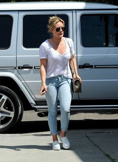 Hilary Duff wearing Ray-Ban 3025 Aviator Silver Mirror W3277 Chanel Metallic Boy Bag