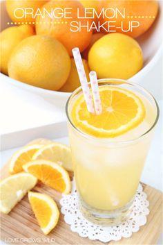 Sinaasappelsap met citroensap, water en ijsklontjes. Eventueel suiker toevoegen om te zoeten.